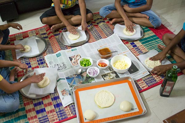 Easy-fast-rise-DIY-mini-pizza-project-for-childrens-party-line |kannammacooks.com #mini #pizza #diy #dough #from #scratch #fun #with #children #pizza #project