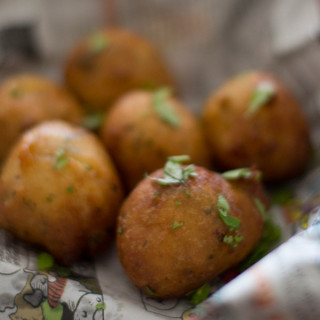 mangalore-bonda-maida-bonda-flour-bajji-goli-baje-recipe-preparation |kannammacooks.com #hush #puppies #south #indian #mangalore #bonda #bajji #tea #time #snack #deep #fried #yummy #fritters